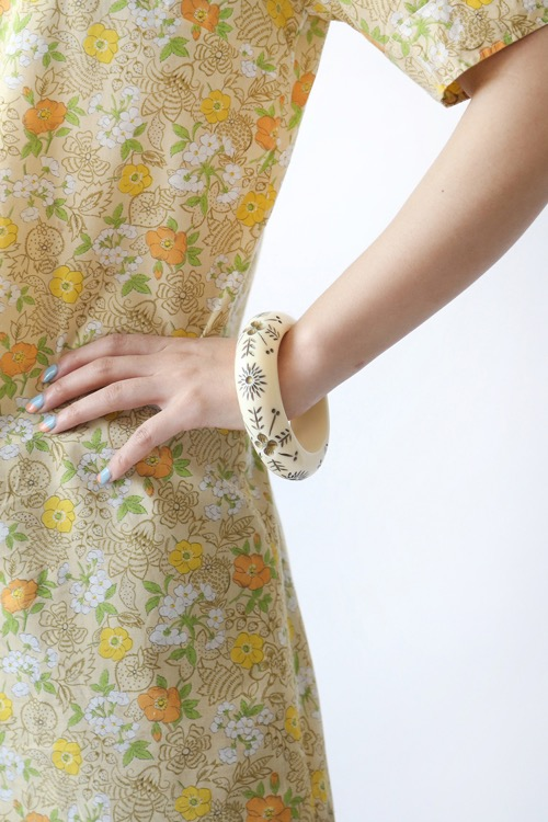CREAM EXOTIC BANGLE